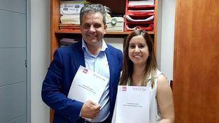 Ramón Jurado, el ya nuevo alcalde de Parla, junto Leticia Sánchez, de Unidas Podemos.
