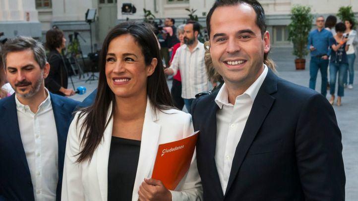 Aguado ha acompañado este sábado a Begoña Villacís al Pleno constitutivo del Ayuntamiento, en el que Martínez-Almeida ha salido investido alcalde de la capital.