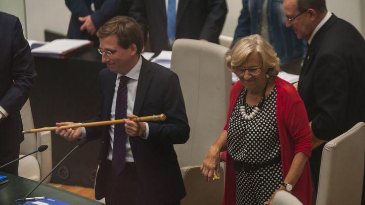Manuela Carmena le entrega a José Luis Martínez-Almeida el bastón de mando de Madrid.