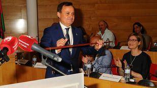 Ángel Viveros con el bastón de mando