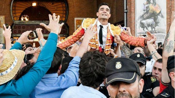 Un emocionadísimo Paco Ureña es sacado a hombros por la Puerta Grande de Las Ventas