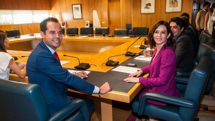 Los equipos negociadores de PP y Ciudadanos, encabezados por Isabel Díaz Ayuso e Ignacio Aguado, respectivamente, se han reunido este lunes en la Asamblea de Madrid.