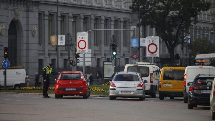 Agentes de movilidad a la entrada de Madrid Central.