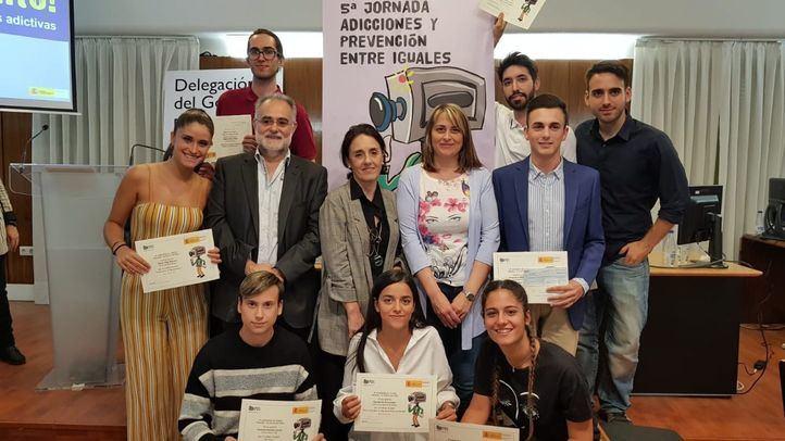 La estudiante de la Carlos III, Claudia Paz (abajo, en el medio), se ha alzado con el primer premio del concurso de vídeos 'Drogas: Tu punto de mira'.
