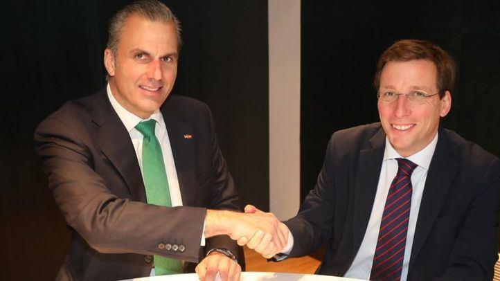 Foto del pacto entre Vox y PP.