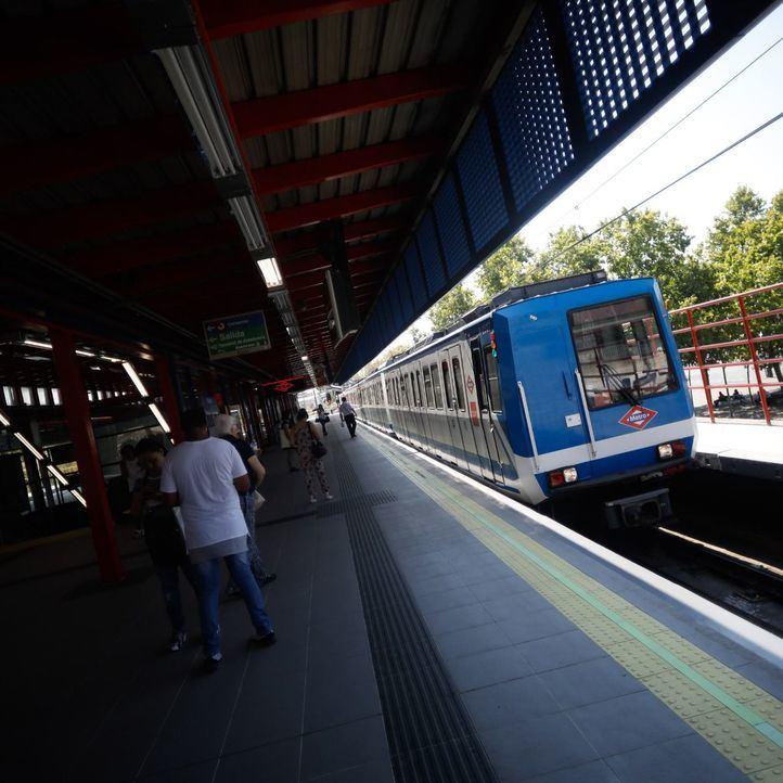 Tren de la serie 2000-A haciendo el recorrido de la Línea 5, en la estación de Aluche.