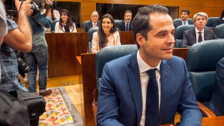 Rocío Monasterio (Vox) se sentó entre Ignacio Aguado (Cs) y el expresidente Ángel Garrido (también de Cs) en el reparto de escaños provisional de la Asamblea.