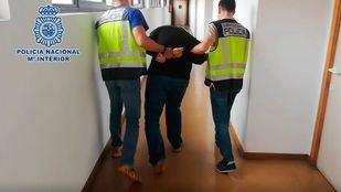 El acusado, siendo escoltado por los agentes de la Policía Nacional tras ser detenido.