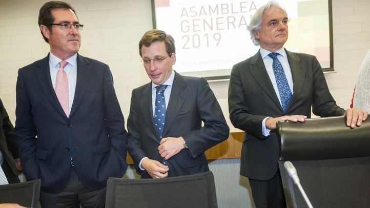 El presidente de la CEOE, Antonio Garamendi; el alcalde de Madrid, José Luis Martínez-Almeida, y el presidente de CEIM, Miguel Garrido.