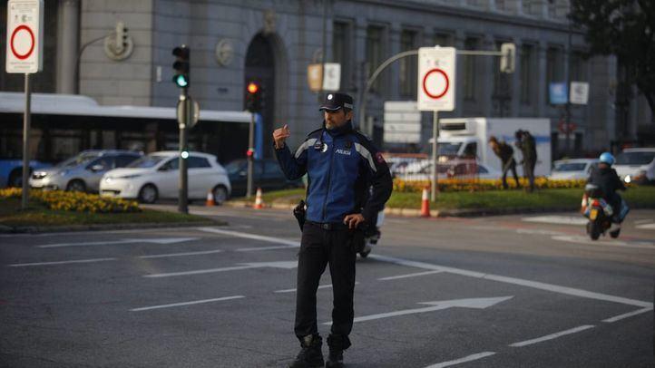 Un agente de la Policía Municipal, a la entrada de Madrid Central.