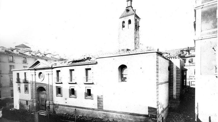 La iglesia de Santa María de la Almudena durante su demolición