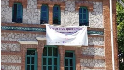 Pancarta contra las violencias machistas en un edificio institucional