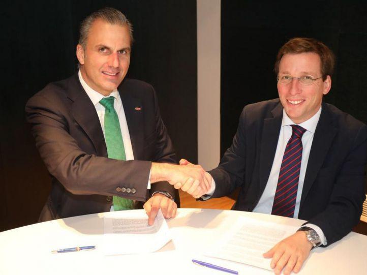 Javier Ortega Smith firma con José Luis Martínez-Almeida el pacto que garantizó sus votos en la investidura.