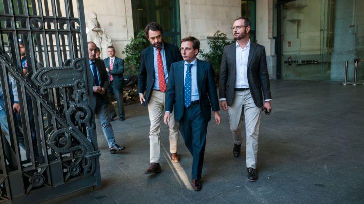 Almeida asegura que cumplirá con Vox pero no aclara si les cederá concejalías