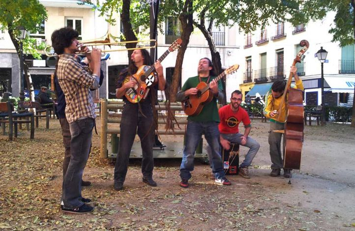Musicos callejeros tocando en el parque de enfrente del Centro Conde Duque despues de hacer las pruebas es éste.