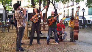 Musicos callejeros tocando en un parque.