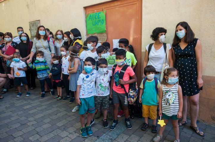 Concentración en un colegio para reclamar que se mantenga Madrid Central y coles sin humo.