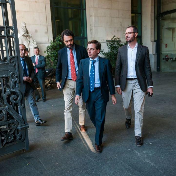 El alcalde José Luis Martínez-Almeida y Javier Maroto, tras reunirse con Vox en el Palacio de Cibeles.