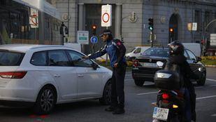 Un Policía Municipal, a la entrada de Madrid Central.