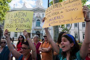 Un grupo de personas se ha manifestado frente al Tribunal Supremo tras conocerse la sentencia a 'La Manada'.