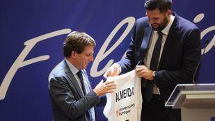 José Luis Martínez-Almeida recibe un presente de Felipe Reyes, capitán del Real Madrid de baloncesto