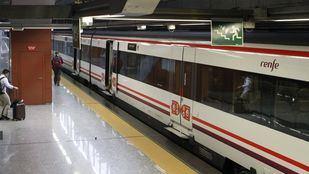 Tren de la línea C1 de Cercanías Renfe en la terminal T4 del Aeropuerto Adolfo Suárez-Madrid Barajas.