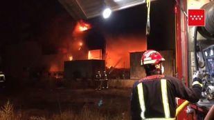 11 dotaciones de Bomberos se han personado en el incendio.