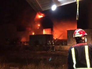 Una nave industrial, arrasada por un incendio en Alcalá de Henares