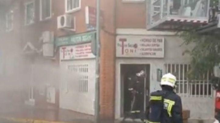 Los bomberos apagan el fuego originado en una tienda de frutos secos de Mejorada del Campo.