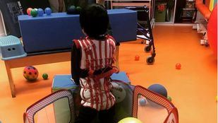 Un niño con el traje del método Therasuit.