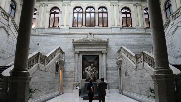 Hall con doble escalinata y estatua dedicada a Menéndez Pelayo