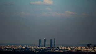 Boina de contaminación sobre la Cuatro Torres de Madrid vista desde Torrelodones.