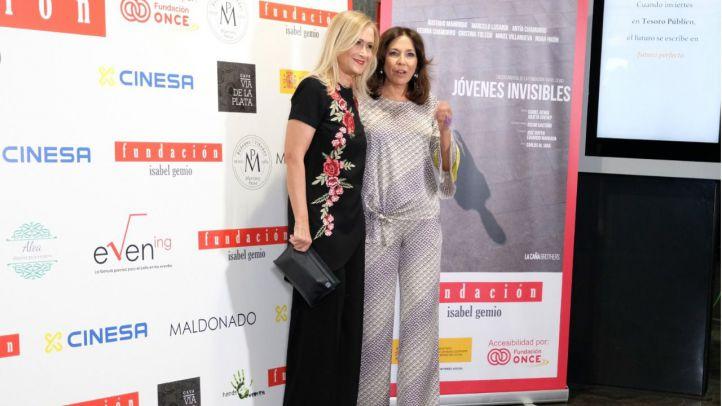 Cifuentes reaparece en el estreno de un documental de Isabel Gemio