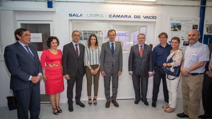 El ministro de Ciencia, Innovación y Universidades, Pedro Duque, ha asistido a la presentación del segundo satélite UPMSAT-2, desarrollado por la universidad Politécnica de Madrid, junto con el rector, Guillermo Cisneros.