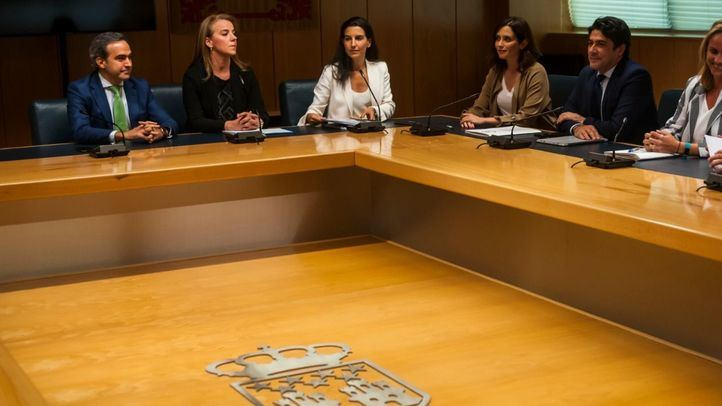 PP y Vox, con Isabel Díaz Ayuso y Rocío Monasterio a la cabeza, respectivamente, en una reunión en la Asamblea.
