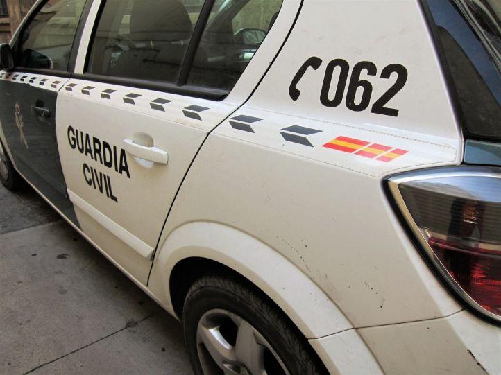 Vuelca con un coche robado en su huída de la Guardia Civil