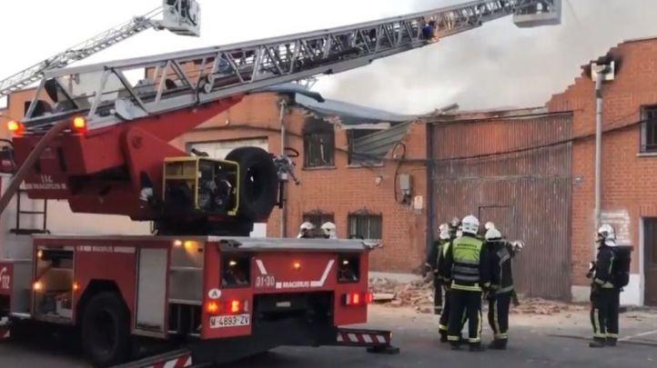 Un incendio destruye una nave industrial en Humanes