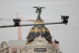 Cámaras de seguridad para controlar el acceso a Madrid Central en la calle Alcalá.
