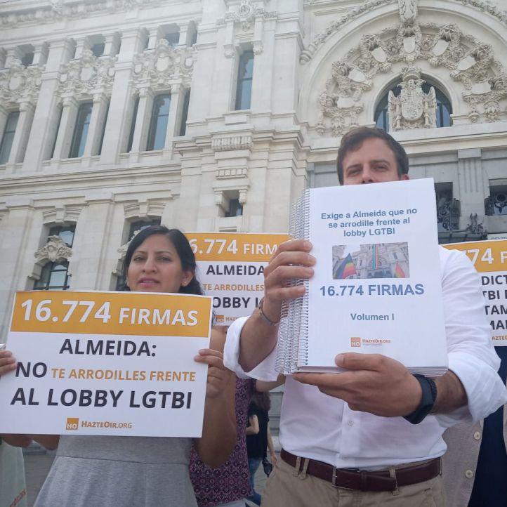 PP y Cs desafían a Vox y a Hazte Oír y colgarán de Cibeles la bandera LGTBi