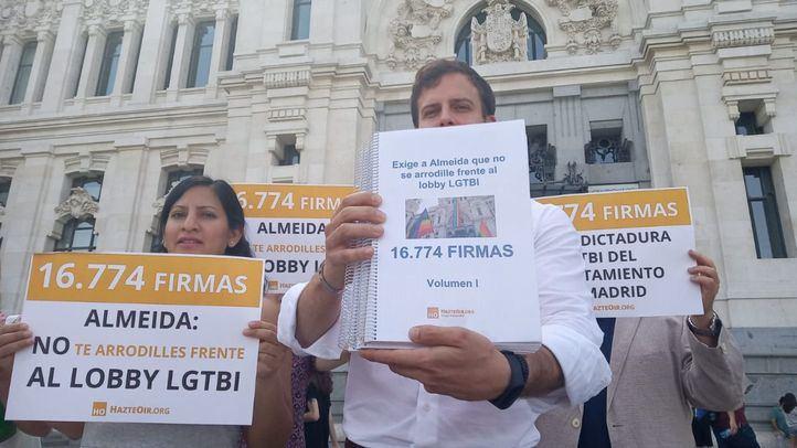 """Hazte Oír entrega casi 17.000 firmas para que Almeida """"no se arrodille ante el lobby LGTBi""""."""