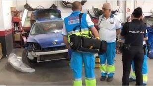 Los sanitarios en el taller donde ha fallecido el mecánico en el acto.