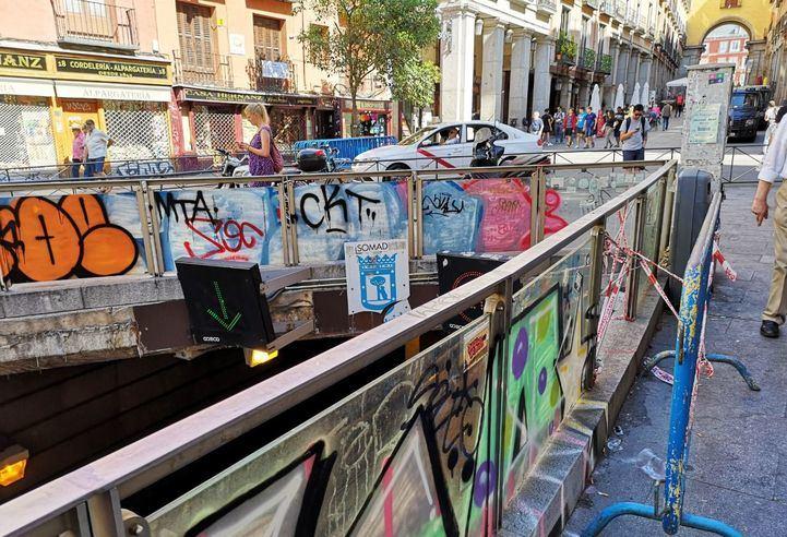 Pintadas en la calle Toledo, acceso a la Plaza Mayor.