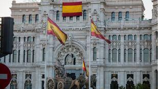 El Ayuntamiento de Madrid, como pidió Vox, despliega una bandera de España