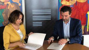 Asela Pintado y Alfonso Hernández, durante la firma