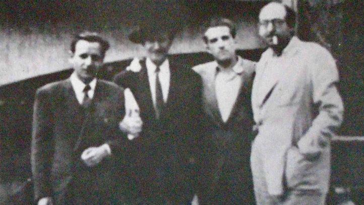 Blas de Otero (segundo por la derecha), con Luis Castresana, Pío Fernández y Rafael Morales alrededor de 1965.