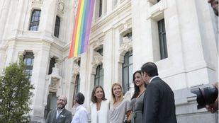 Izada de la bandera LGTBI en el Ayuntamiento de Madrid.