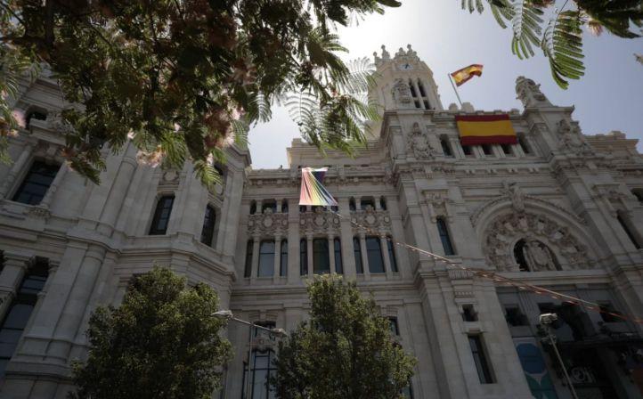 Una arcoíris y doce rojigualdas: PP y Cs desplazan a la izquierda la enseña LGTBi