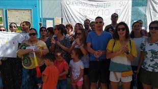 El AMPA Blas de Lezo protesta frente al colegio para pedir la continuidad de su actual director, Javier Morillo.