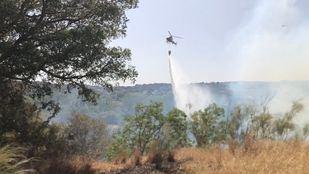 Helicópteros de la Comunidad de Madrid y de Castilla-La Mancha trabajan sin descanso para extinguir el fuego de Almorox.