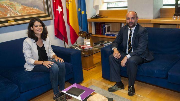 Isa Serra (Podemos) y Juan Trinidad (el presidente de la Asamblea, de Cs), en la reunión mantenida este lunes, dentro de la ronda de contactos de cara a la investidura.